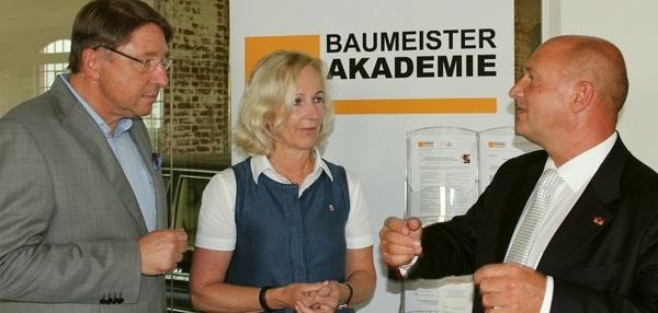 Carsten Kulbe, StS Dr. Bernadette Weyland, StS Rainer Bomba am Stand der BAUMEISTER AKADEMIE anläßlich der Verleihung der Ehrenbaumeisterwürde 2017 in Frankfurt