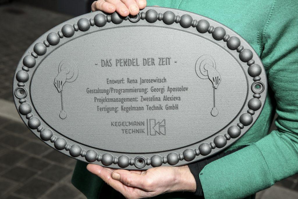 Das Pendel der Zeit am Haus Würzgarten - 3D-gedruckte Plakette mit den Credits Foto: Christoph Boeckheler